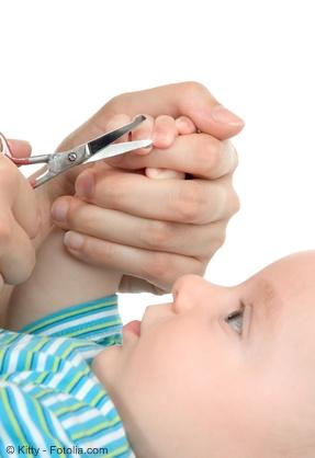 Babys Fußnägel und Fingernägel schneiden