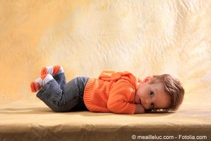 Flauschige Socken halten die Füße von Babys warm.